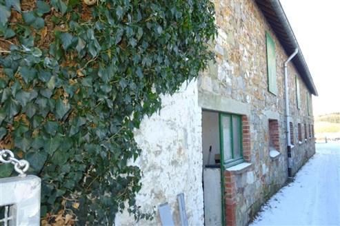 Zwei Immobilien zum Preis von Einem! Zu sanierendes Bauernhaus und Stallung in direkter Grenzlage zum Aachener Südviertel.