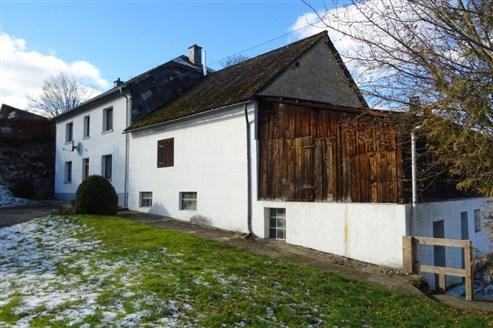 Geräumiges Bauernhaus inmitten grüner Umgebung der Talsenke Ourgrund.