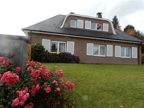Wiederentdeckung der Landlust: Zeitlos, elegante und voluminöse Villa mit wunderschönem Garten und Weitblick im Grenzort Raeren.