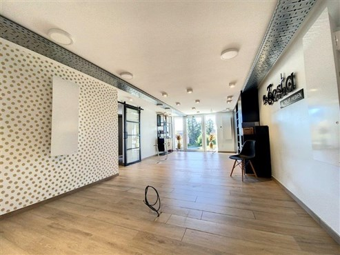 Zeitlos elegantes, geräumiges Mittelhaus in top renoviertem Zustand mit ausgebautem Dachboden und Garage als Wohnbereich in ruhiger Lage nahe viele Bequemlichkeiten! Perfekt für mehrköpfige Familie!