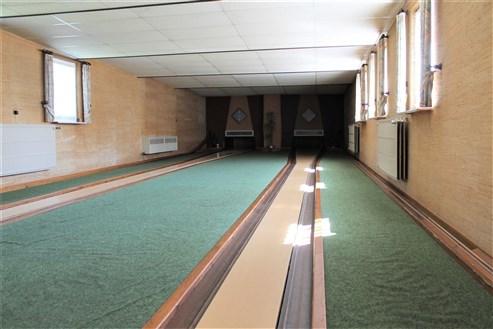 Großes Haus mit Café und Bowling Bahn