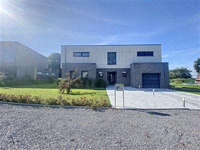 Prächtige renovierte zeitgenössische Villa mit nebenliegendem Atelier im Grenzgebiet B-D und in Nähe vieler Annehmlichkeiten und in naturverbundener Lage.