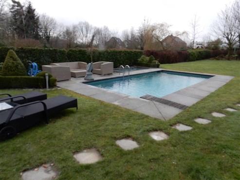 Luxus und Komfort in jeder Hinsicht! Villa mit Außenpool, parkähnlichem Garten und Wellnessbad.