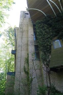 Extravagantes Unikat in Form eines teilfertigen Rohbaus eines namhaften klassisch-organischen Architekten über den Dächern der Weserstadt Eupen.