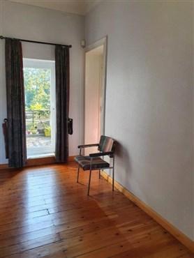 Ruhige, zentral gelegene, charmante Wohnung mit hohen Decken inklusive Garage und schönem Balkon.